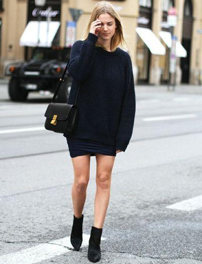 Pull bleu marine épais + jupe sexy + sac noir Classic Céline = le bon mix