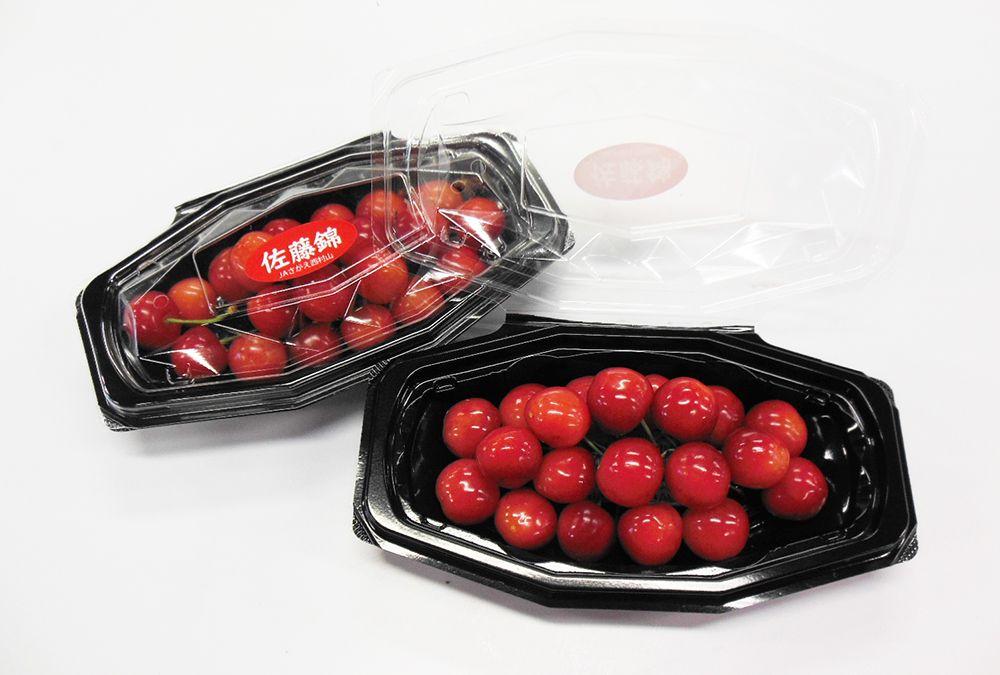 「佐藤錦」 赤いルビーとも呼ばれ、国内で最も生産量が多い品種のさくらんぼです。  佐藤錦の生みの親である東根市の篤農家、佐藤栄助氏(1867~1950)が「黄玉」×「ナポレオン」を掛け合わせて生まれました。 さくらんぼは、気象条件に合わせて人の手がとてもかかるデリケートな果実です。 原木に実を結ぶまでに10年。それから、新しい品種として誕生するまでに6年の年月がかかったそうです。  佐藤錦は果汁が多く、酸味と甘味のバランスの良い味わいです。