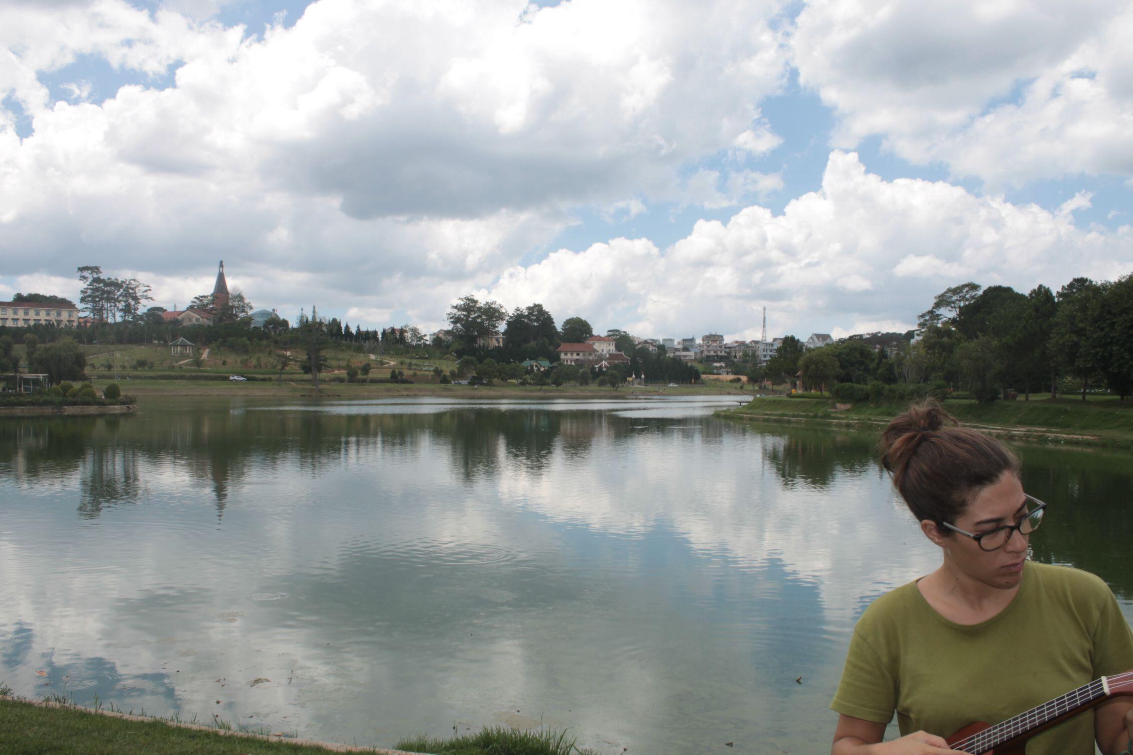 Tocando junto al lago