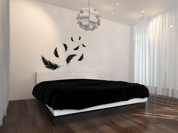 Minimalistisch | Wer es in Sachen Farbgestaltung minimalistisch mag, kann auf Flächen in schwarz und weiß setzen. Die schwarzen Federn gibt es als Wandtattoos im Set. Sieht gut aus? Dann einfach merken.
