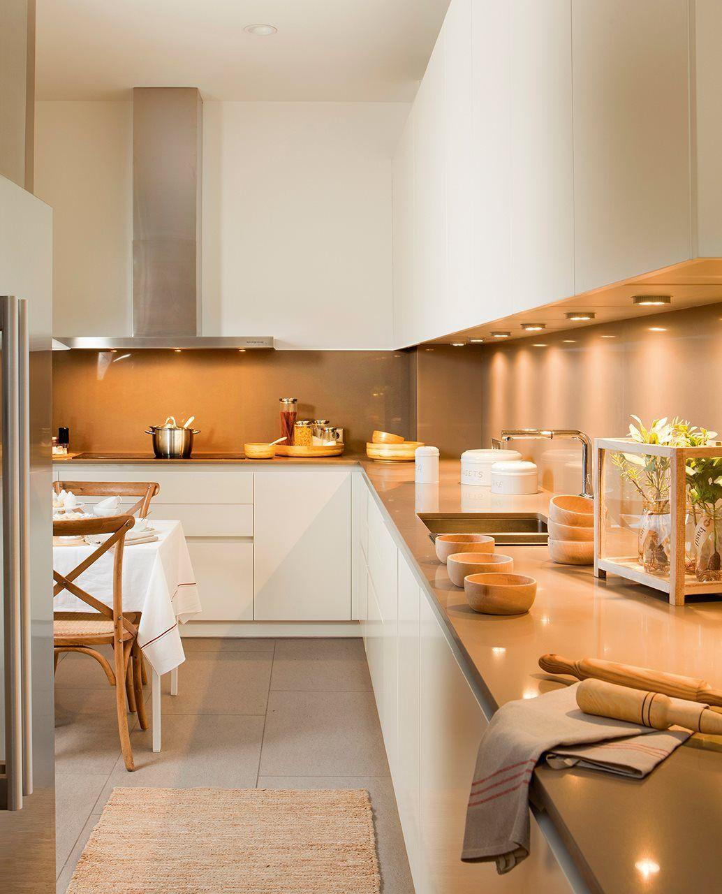 Cocina con focos bajo los armarios altos. Cocina con armarios ...