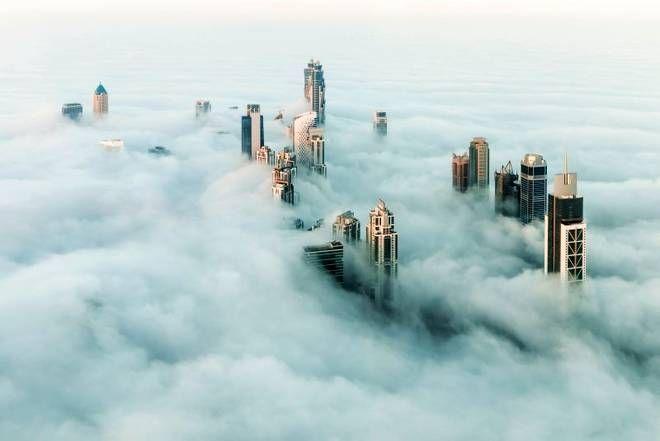 Skyline di Dubai con la nebbia