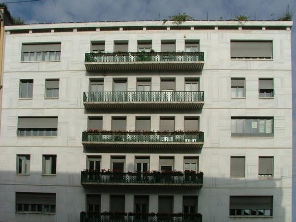 Casa rasini gi ponti la facciata del palazzo su corso for Casa moderna venezia