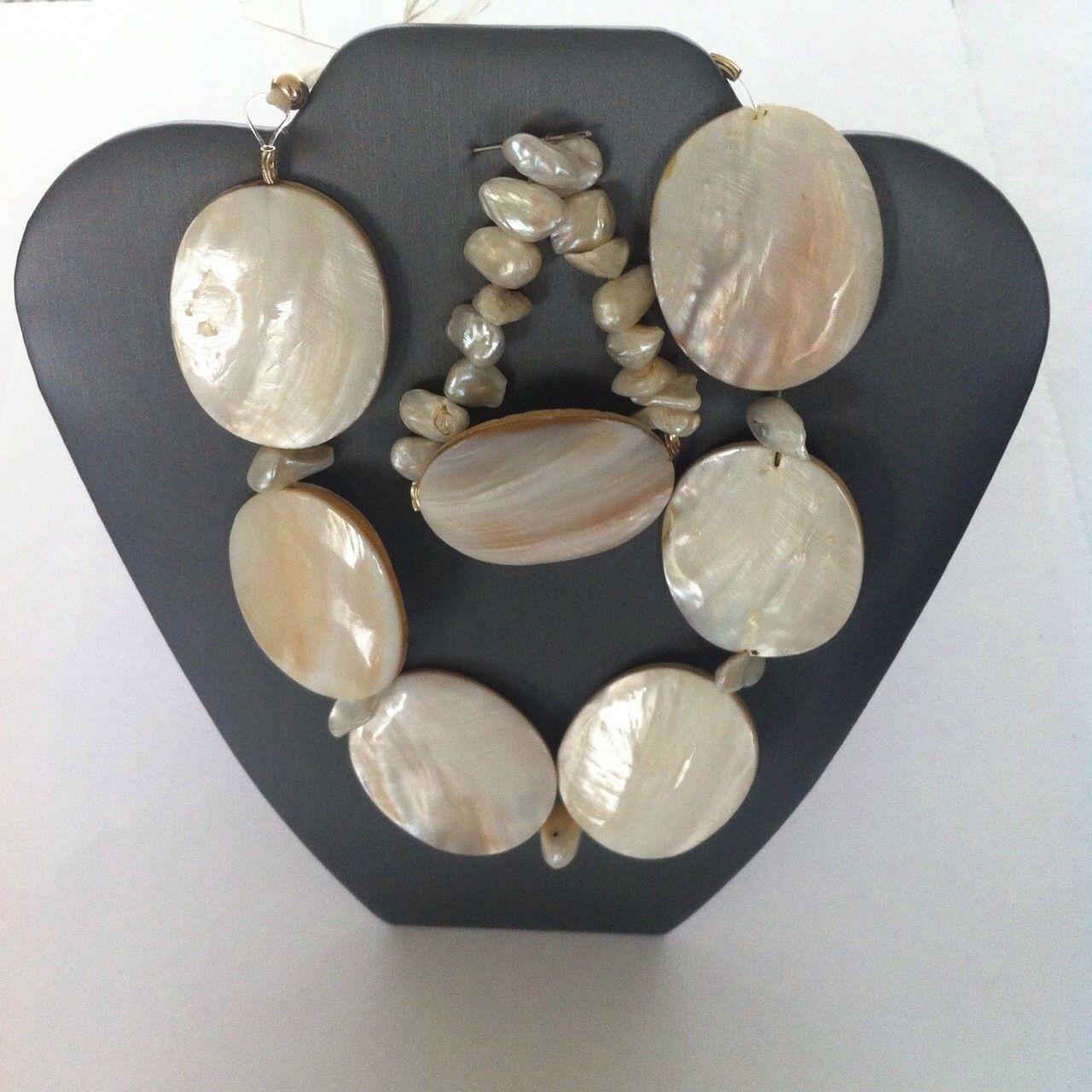 Collar y pulsera Flor… es perla con madre perla.  Precio: $450