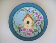 Casa de passarinho pintada em prato de  46cm  feito de papel machê da Placpel
