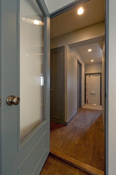 廊下 建具 ガラス ドア塗装 グラデン インテリア 水色 階段の装飾 インテリア 収納