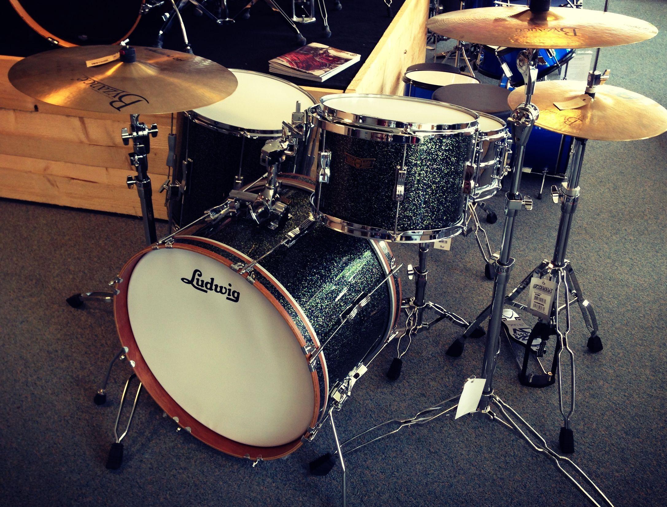 "Net binnengekomen en demoklaar in onze winkel...deze Ludwig-Musser Drums and Percussion Club Date SE Fab3. Waanzinnige kit. Door ons samengesteld tot complete setup, die bestaat uit: - 22x14"" bassdrum - 13x9"" tom - 16x16"" floortom - 14x6,5"" Ludwig Supralite snare - Tama HP5WN hardware pack (snare stand, hi-hat stand, 2x boom stand, Iron Cobra bassdrumpedal) Gumwood / Cherry shells, Olive Green Sparkle wrap finish"