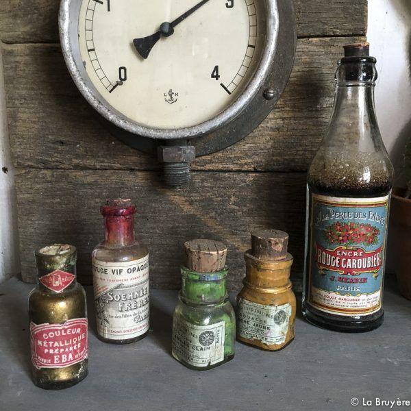 Lot de 4 petites bouteilles anciennes de peinture et d'encre de couleur, pour décoration. 1 grande bouteille d'encre rouge. 3 bouteilles de 8 x3 cm, 1 bouteille de 10 x 3,5 cm et 1 bouteille de 20 x 5 cm