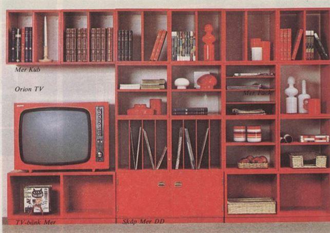 Röda bokhyllor, så djärvt! Här delar av förvaringsserien Mer från ...