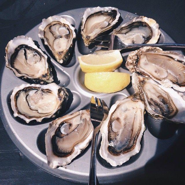 Oyster tasting at Bastille Market, Paris. These are from the Isle of Oleron, north of Bordeaux. Crazy fresh! Au marché Bastille, dégustation de huîtres du île d'Oleron, nord de Bordeaux. Très fraîche.