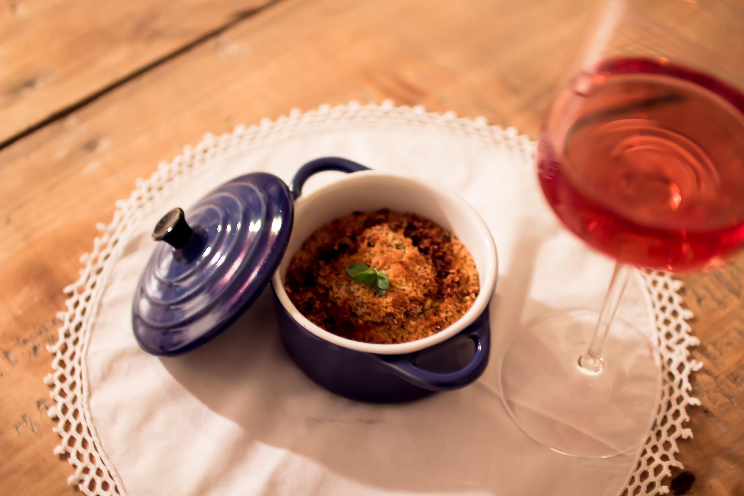 """Pomodori, olio, prezzemolo, cipolla e pan grattato per condire una teglia di patate e alici da cuocere in forno.  Perché l'Abruzzo è così: il mare che incontra la terra. E la """"Tiella"""" di alici che incontra il nostro Hedòs Cerasuolo."""