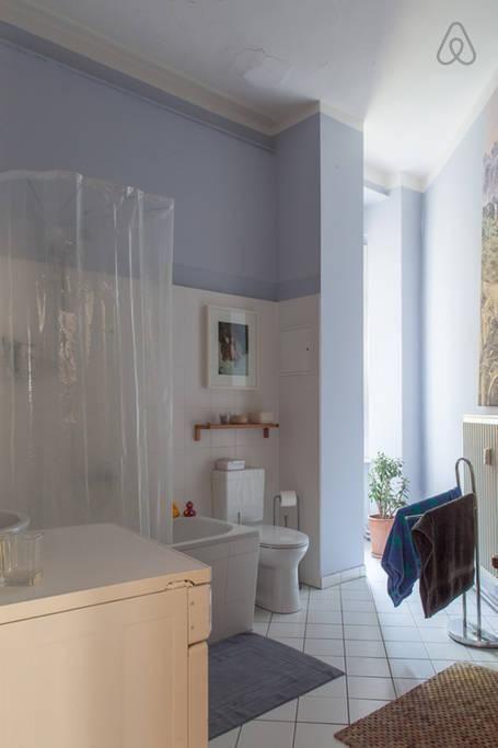 Lichtdurchflutetes Badezimmer In Blau Und Weiß In Berliner Altbauwohnung # Badezimmer #badeninblau