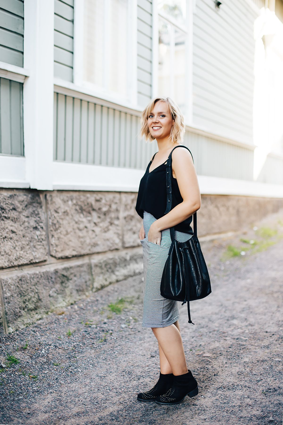 Casual & feminine summer outfit / pencil skirt, black top, bucket bag, ankle boots