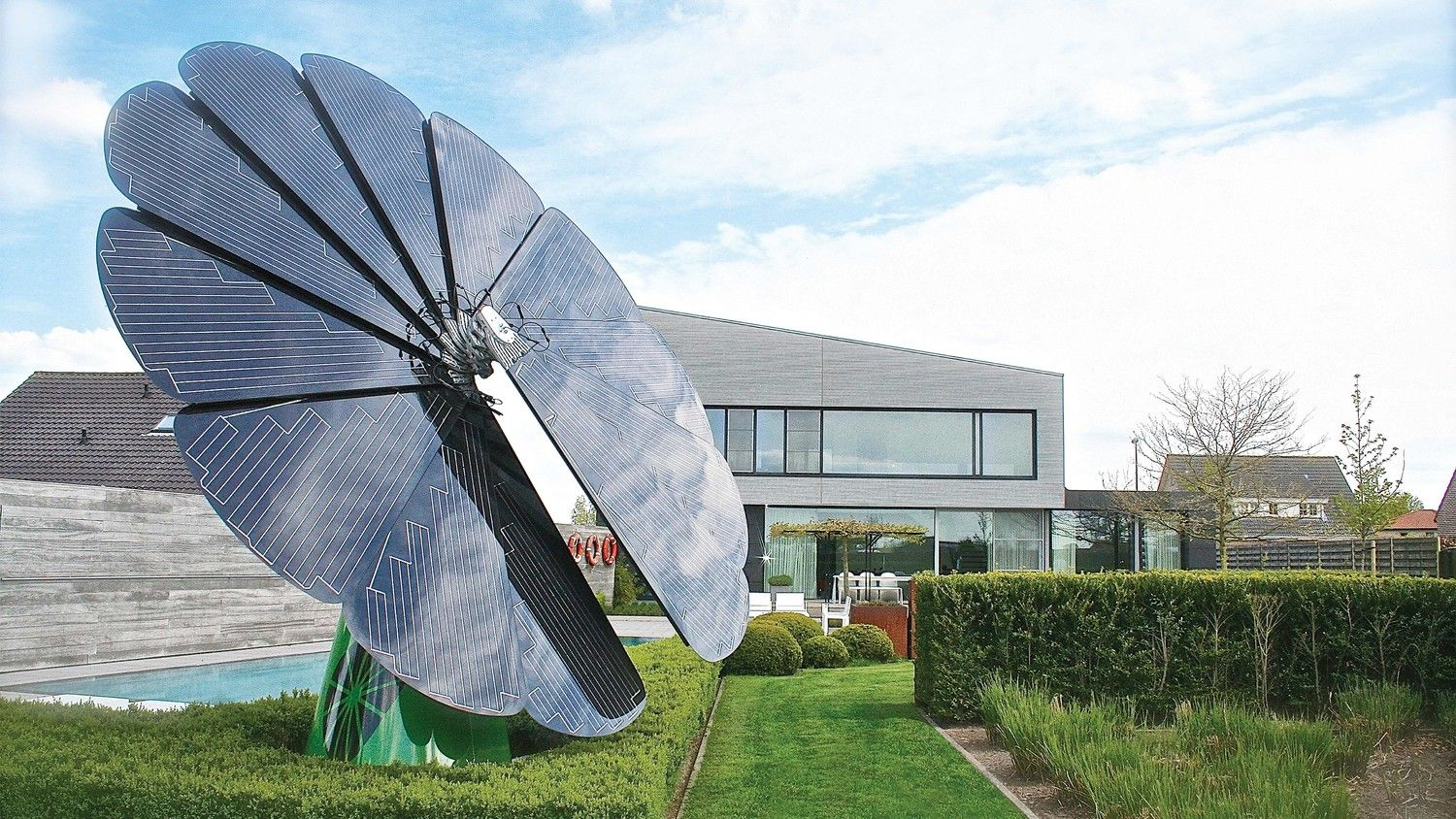 The Smartflower Is Specially Designed To Soak Up Every Hour Of Sunshine Solar Solutions Solar Flower Best Solar Panels