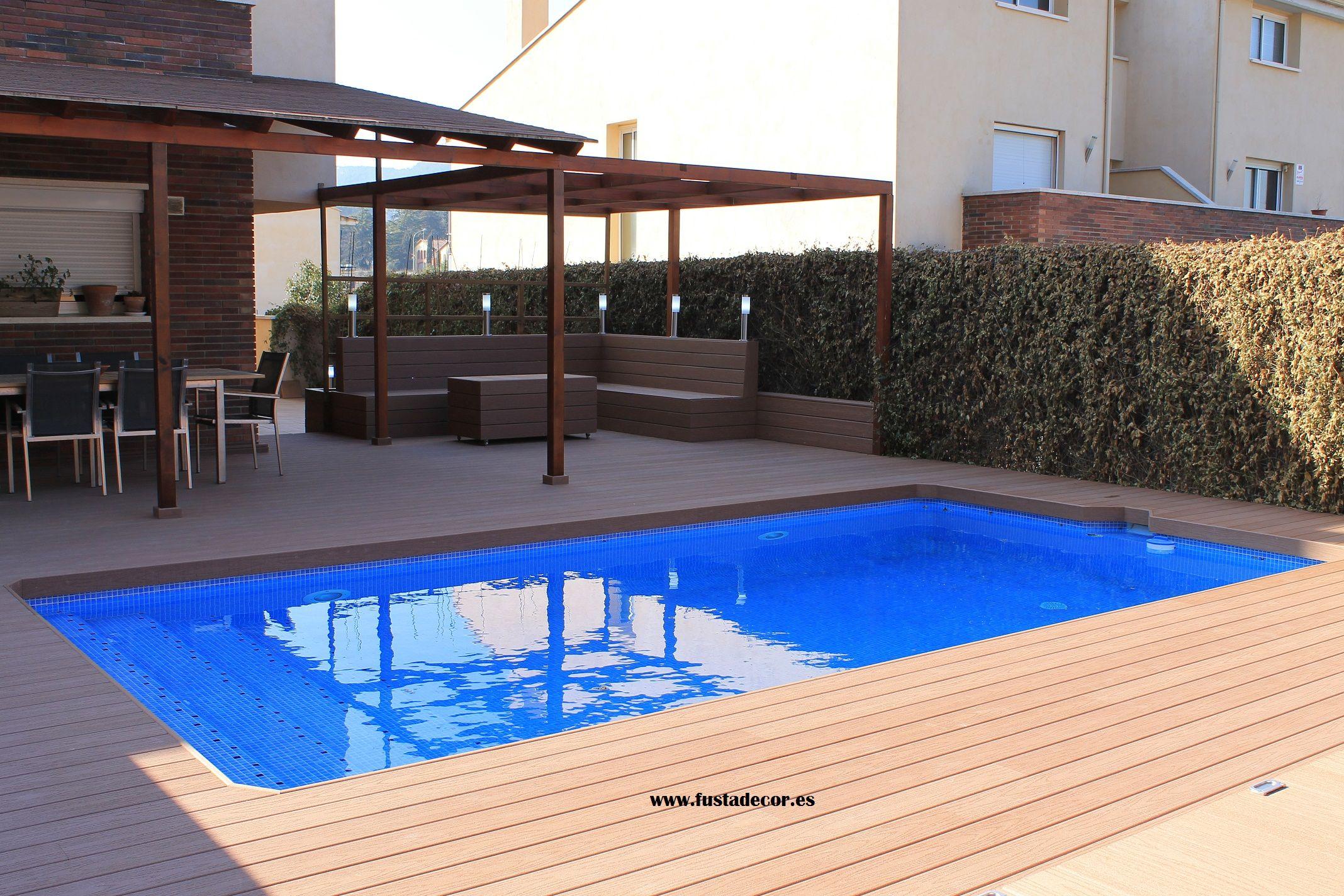 Terraza con piscina revestida con tarima tecnologica for Terrazas con sofas