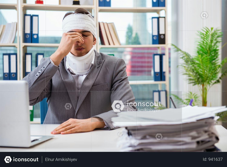 Premium Injured Businessman Working In The Office Photo