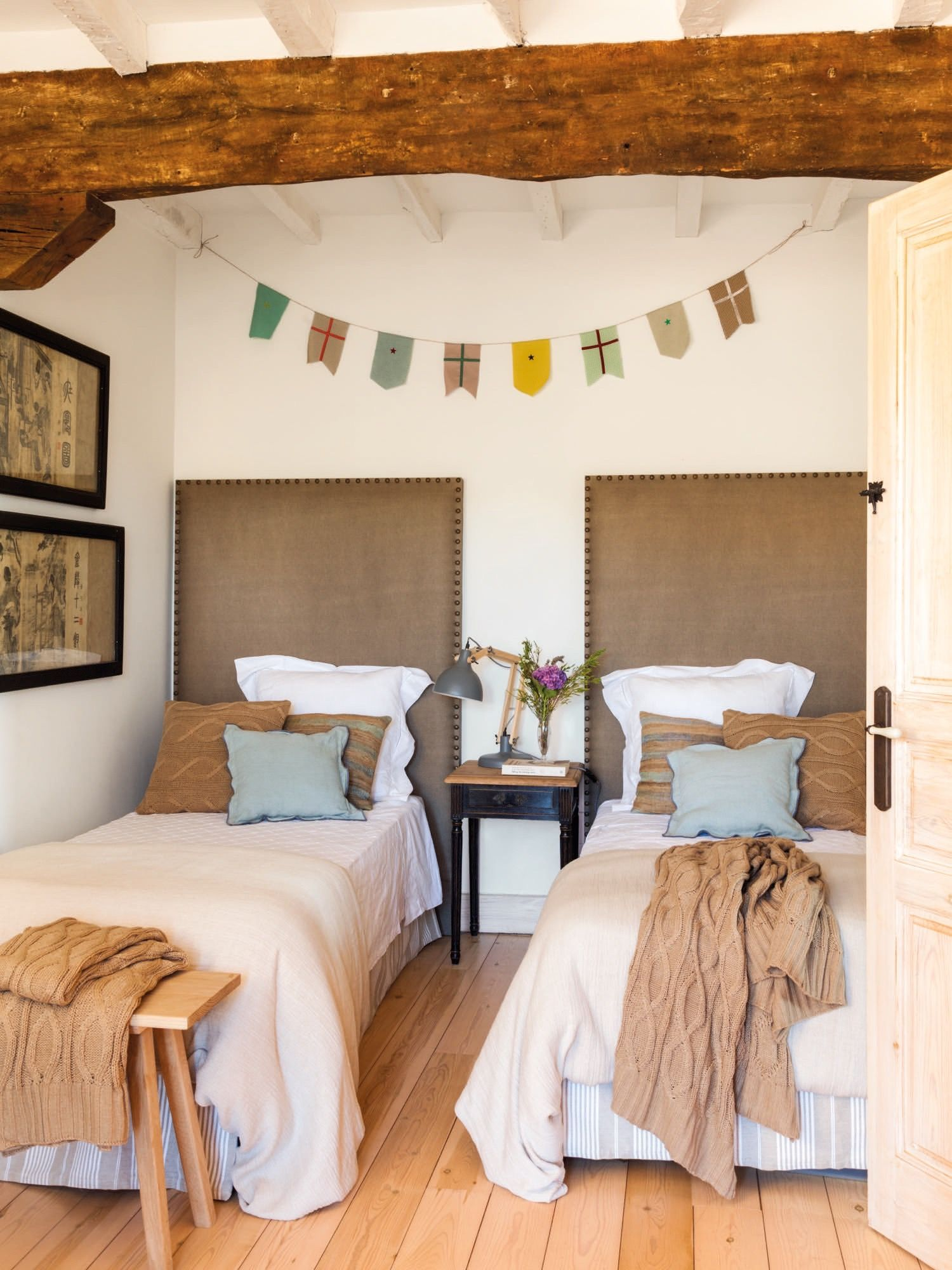 Dormitorio juvenil en una casa rustica con cabeceros - Casas rusticas decoracion ...