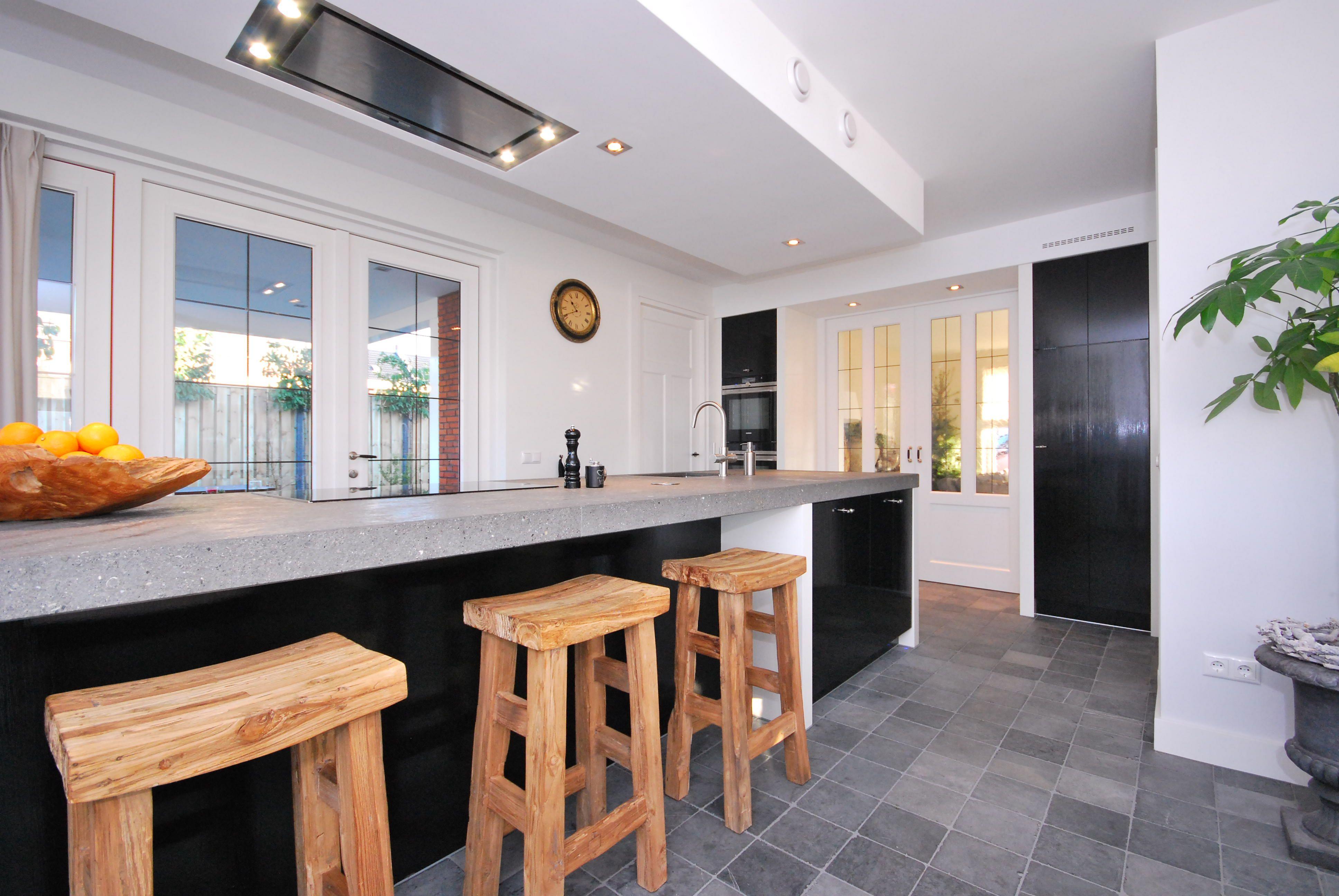 Vloer icm zwarte keuken natuurstenen werkblad paëllastone l