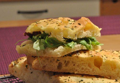 Pizza façon sandwich roquette tomate séchée
