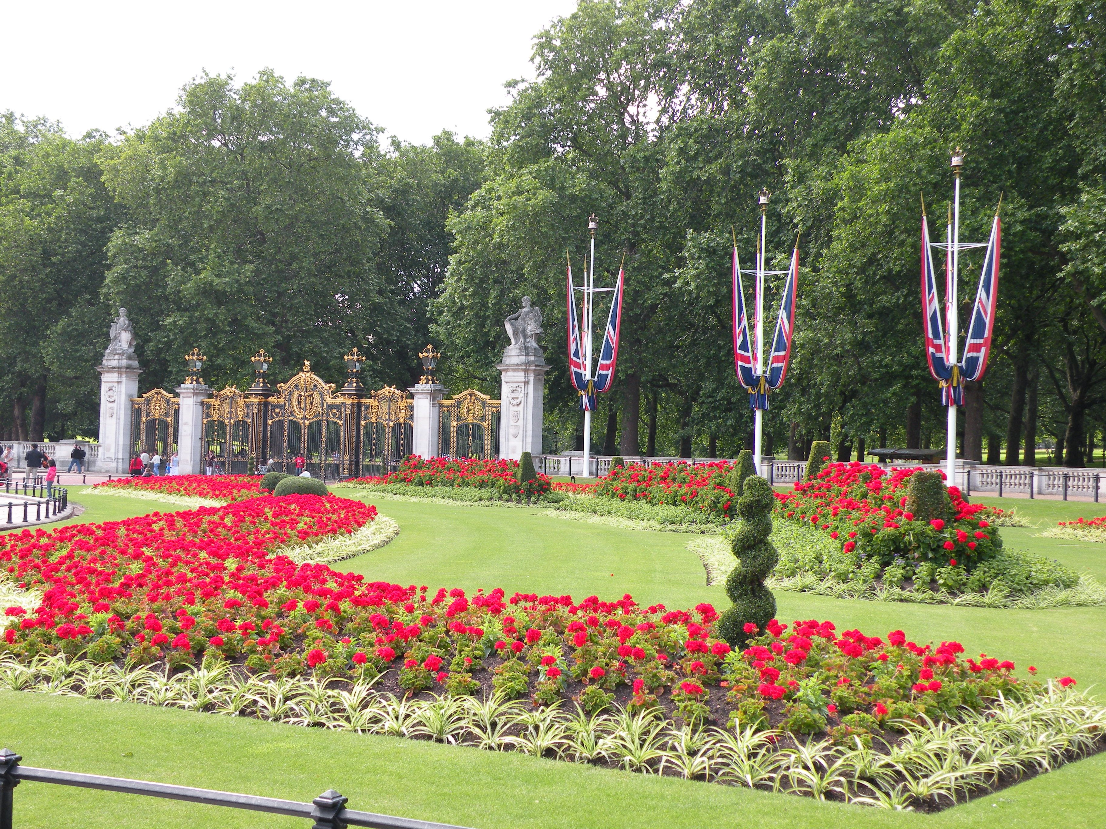 Buckingham Palace Right Front Garden I Wonder If They Have Help Front Garden Garden Buckingham Palace