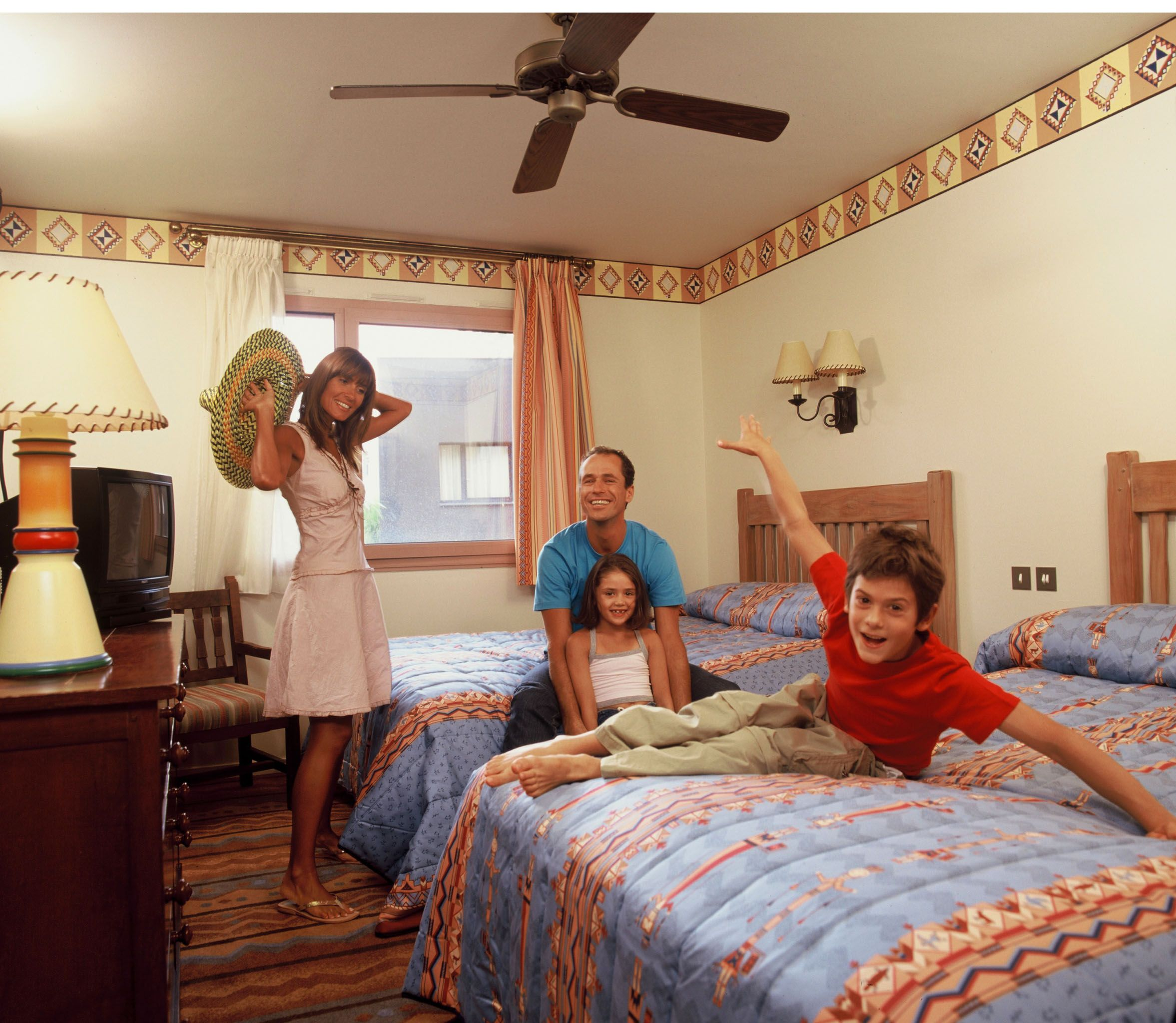 Disney hotels santa fe standard double room with guests for Standard hotel paris