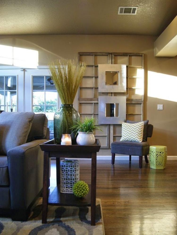alte-fenster-dekoration-wohnzimmer-couch-beistelltisch-sessel