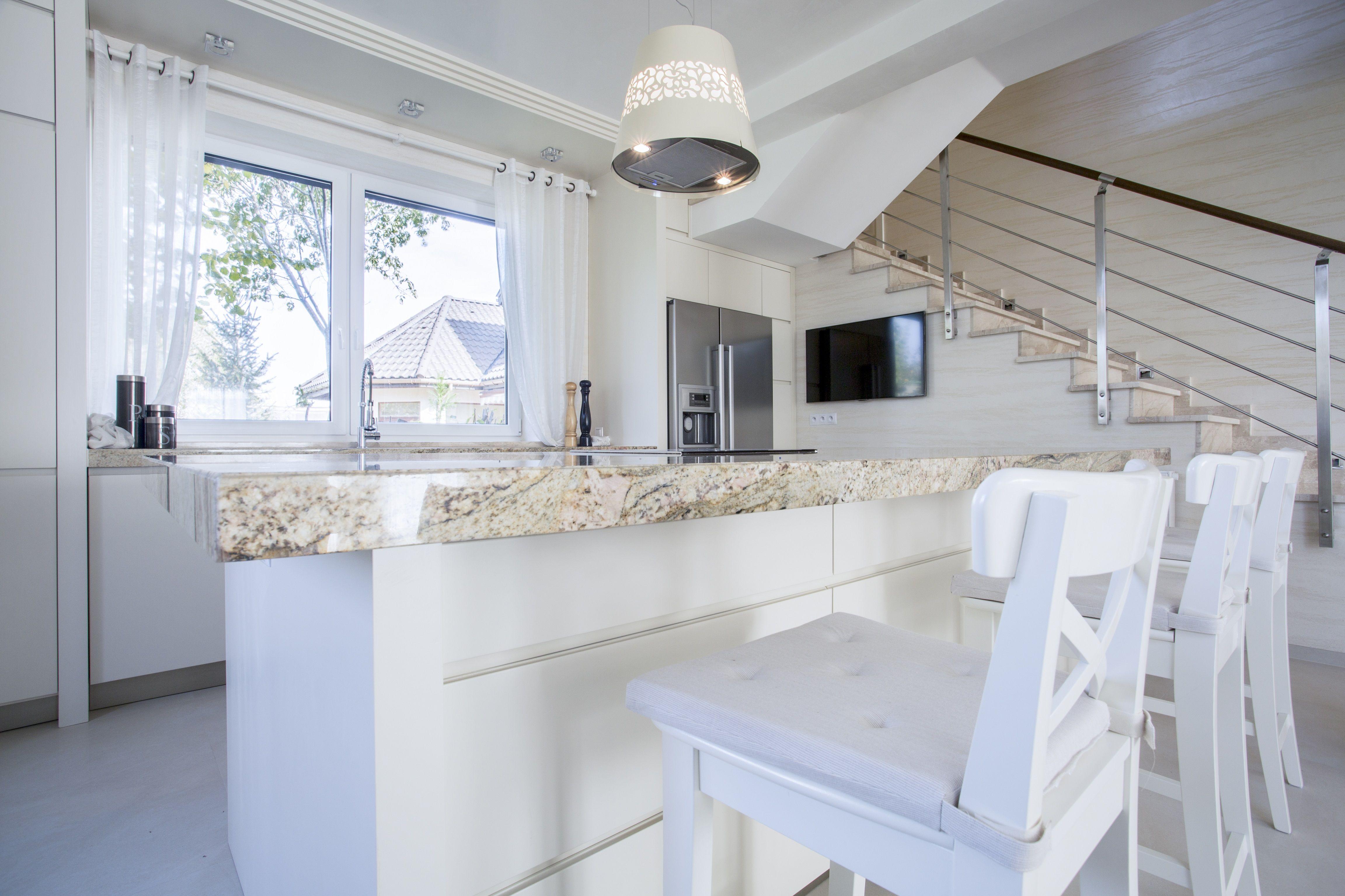 Piekna Otwarta Biala Kuchnia Z Marmurowym Blatem Przy Wyspie Kuchennej Zestaw Bialych Drewnianych Hokerow White Marble Kitchen Window Decor White Kitchen