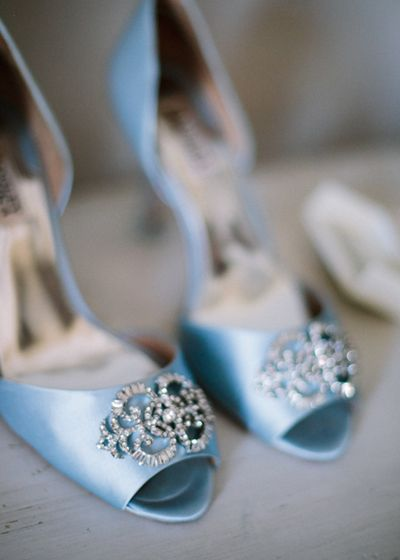 zapatos de la novia. boda colorida en el campo organizada por