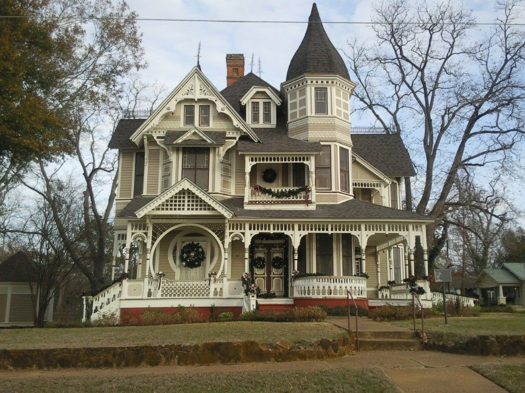 Victorian home decorated for christmas queen anne for Victorian home construction