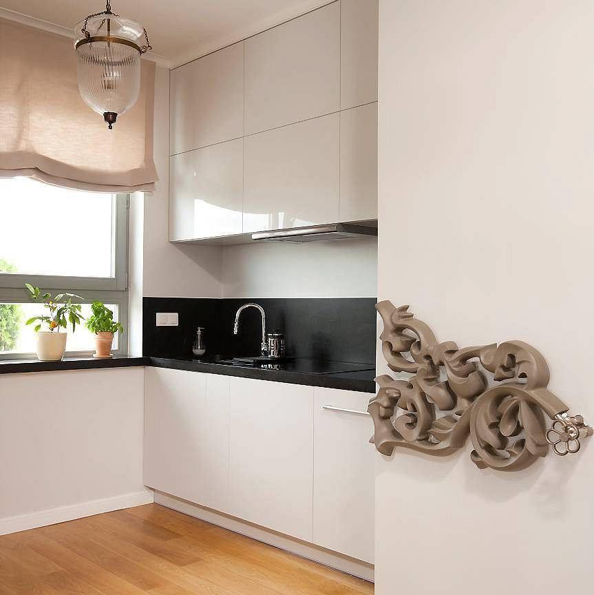 Mieszkanie Na ścianie W Wejściu Do Kuchni Wisi Niezwykle