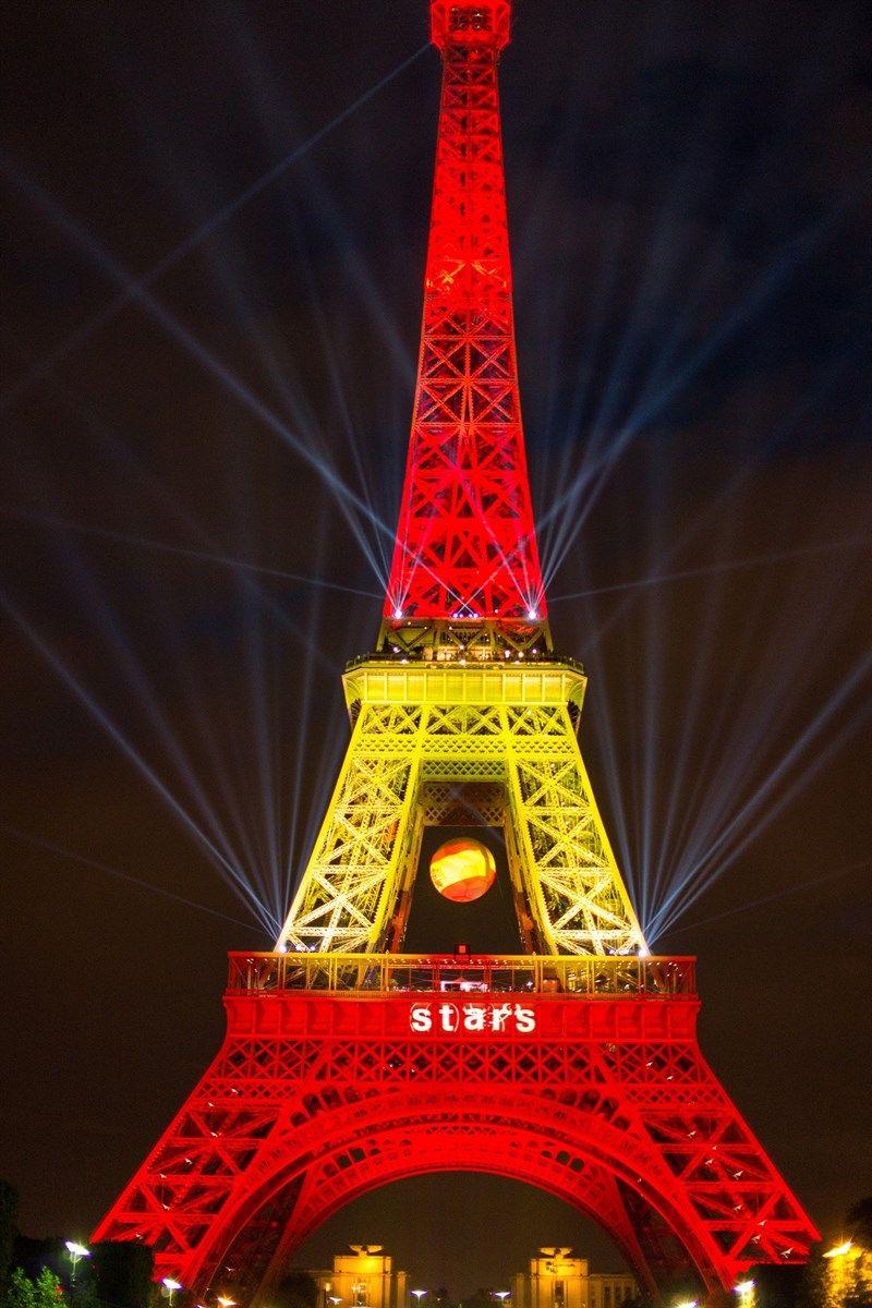 La Tour Eiffel Habillee En Drapeau Espagnol Pour Le 10e Triomphe De L Espagnol Rafael Nadal Au Roland Garros Torre Eiffel Torres Espana