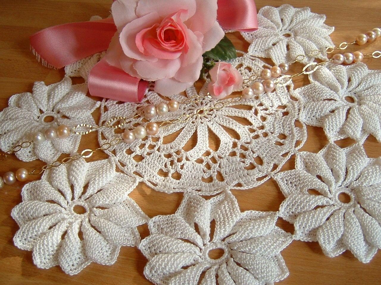Uncinetto Shabby.Centro Eseguito A Mano All Uncinetto Con Le Margherite Centrotavola Romantico Centrino Shabby Chic Pizzo Di Hand Crochet Crochet Home Romantic Centerpieces