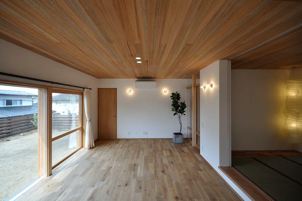 ウォールナットの床板に素材感を活かしたレッドシダーの天井材
