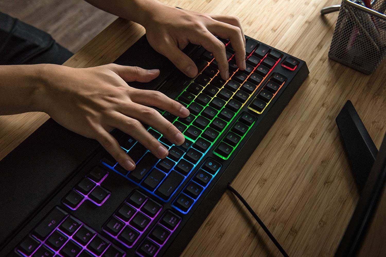 Razer Ornata Chroma Gaming Tastatur Mecha Membran Tasten Chroma Rgb Beleuchtung Und Ergonomischen Design Mit Handballenau Gaming Tastatur Tastatur Lan Party