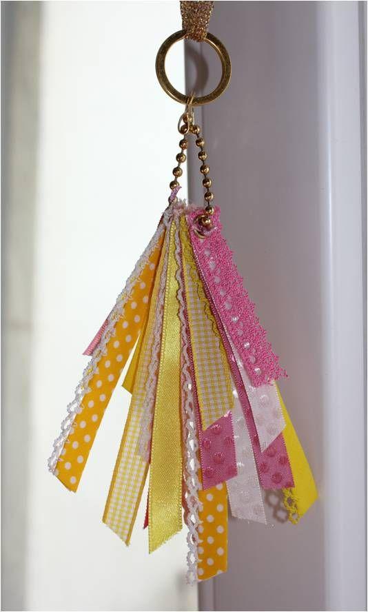 .Porta-chaves #7 - [fitas rosas/ amarelas/ brancas de vários tons e padrões e ferragens): 6,5 fitinhas.  https://www.facebook.com/cemfitas