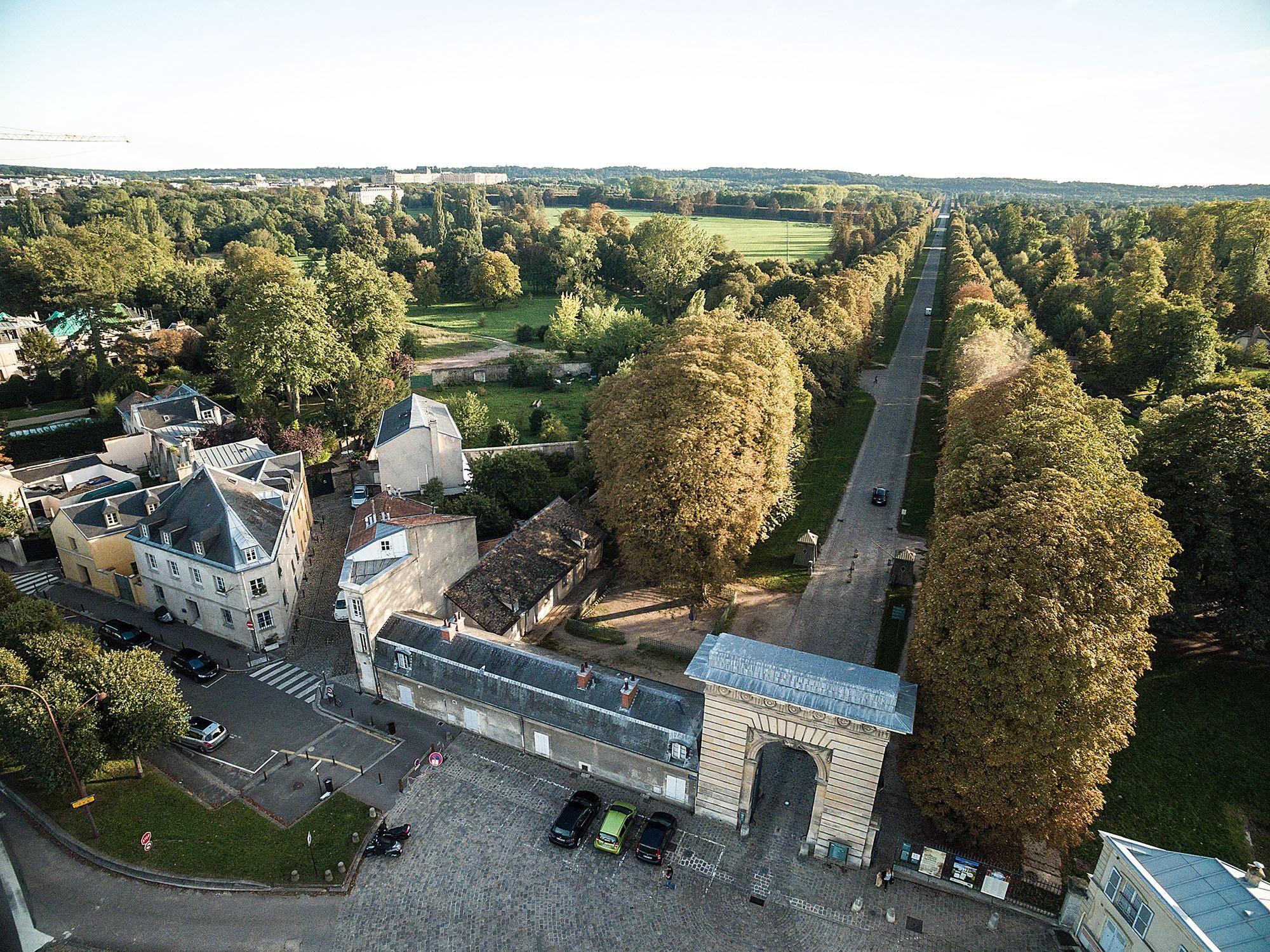 Le parc du château de Versailles, la porte et l'allée Saint-Antoine © Ville de Versailles / Drive Productions L'allée Saint-Antoine débute au sud devant le grand Canal de Versailles et se termine environ au nord sur le boulevard Saint-Antoine, où se trouve l'arc de triomphe de la porte Saint-Antoine.