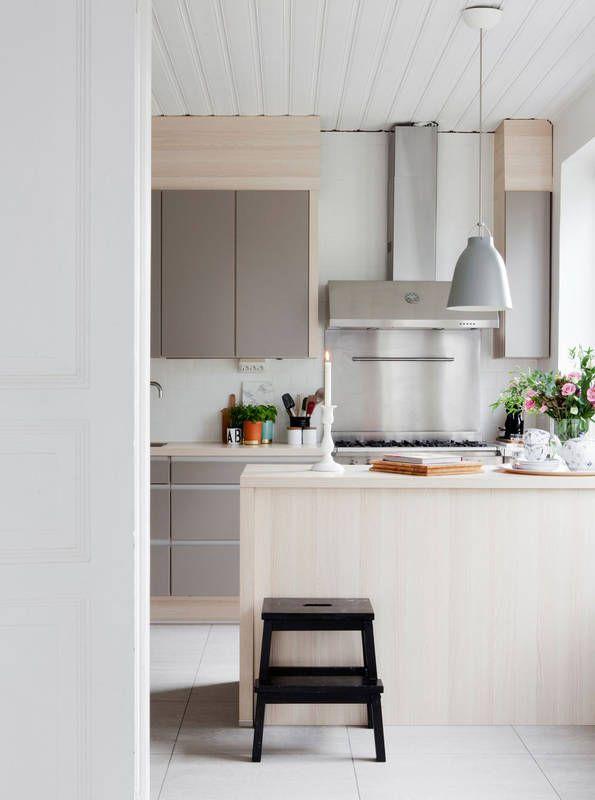 Kuchnia Z Waska Wyspa Kuchnia Styl Klasyczny Aranzacja I Wystroj Wnetrz Home Decor Vellinge Grey Kitchen
