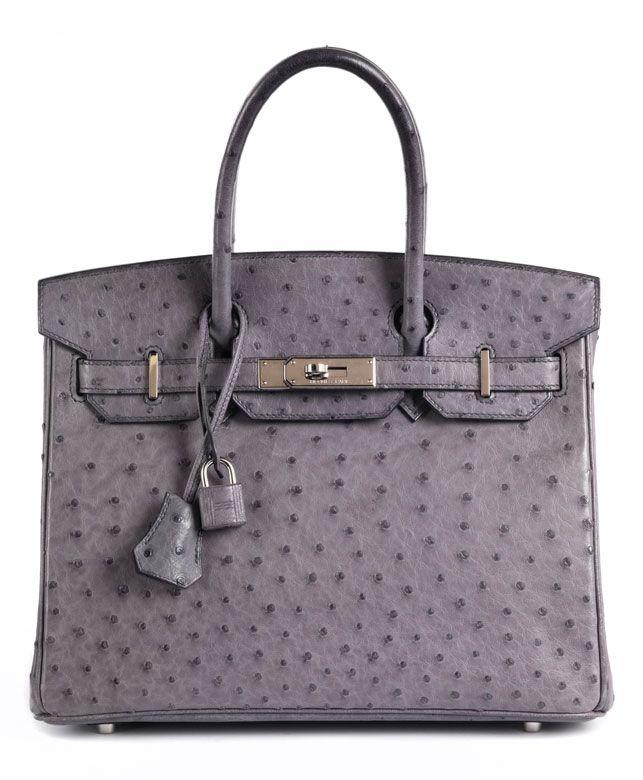 Ca. 22 x 30 x 16 cm. 2010. Straußenlederhandtasche in Grau mit Palladiumbeschlägen. Lederinnenraum mit einem Reißverschluss- und einem Steckfach. Anbei...