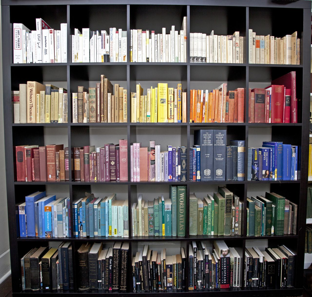 Co colour coordinated bookshelf - Tumblr
