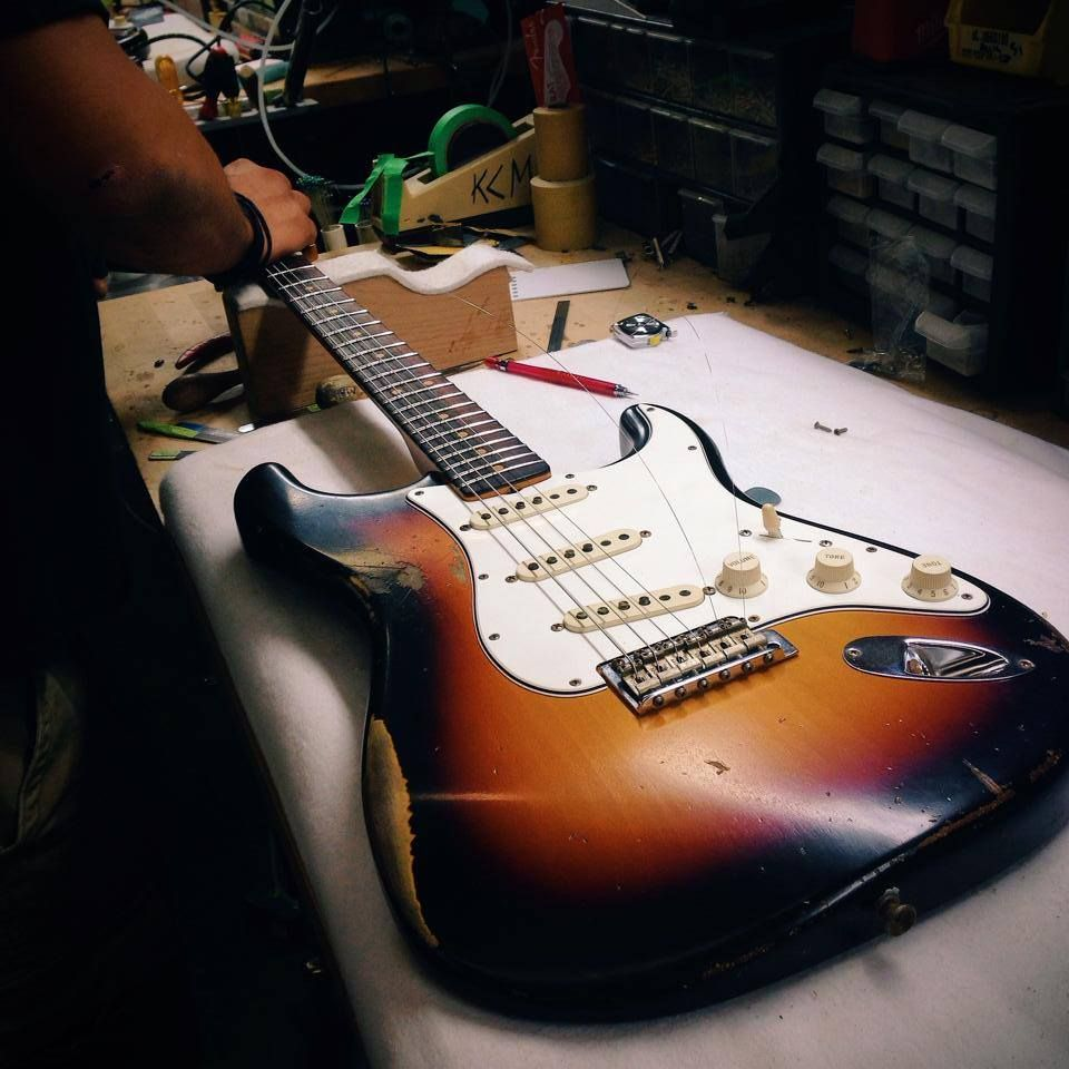 Changing strings on Fender Stratocatser Guitarra