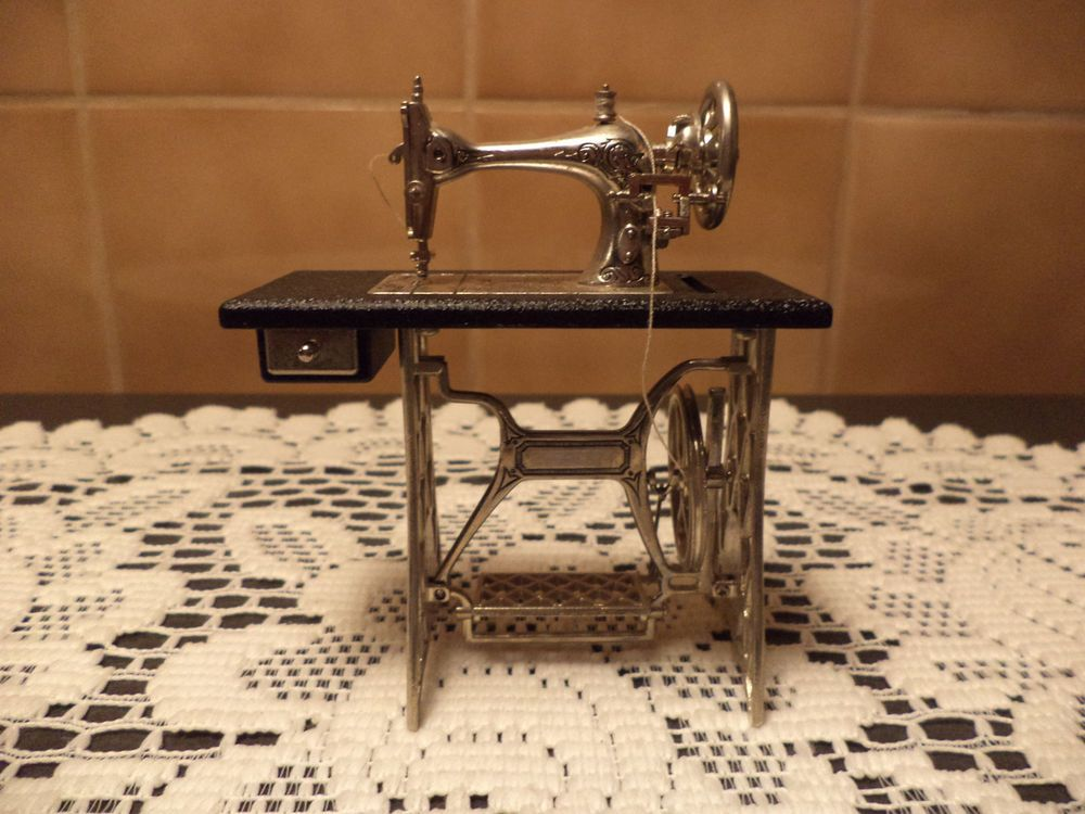 Dolls House Sewing Machine /& Iron Miniature Sewing Room Decoration Accessory