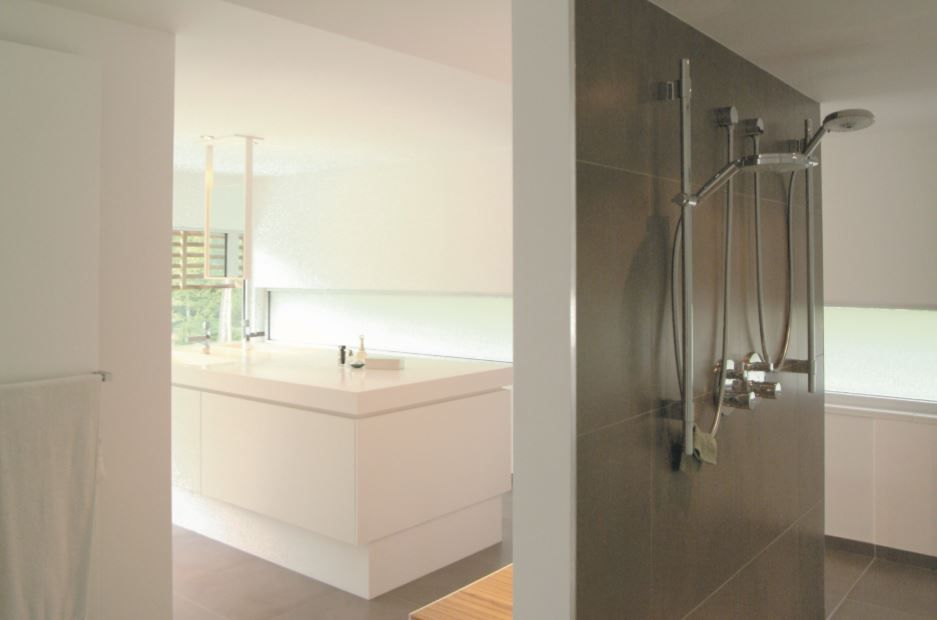 Inloopdouche Met Wasbak : Badkamerinspiratie moderne badkamer met ruime inloopdouche en