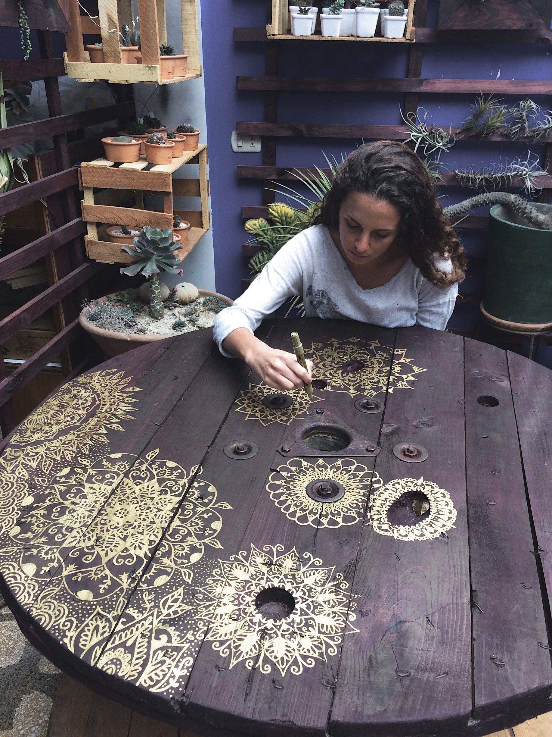 Mesa pintada a mano con detalles de mándalas para el vivero Cactus ...