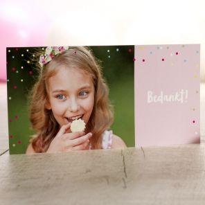 Speelse fotokaart met kleurrijke confetti   Tadaaz  #communie #lentefeest #aandenken #bedankt #foto #confetti #kleurrijk #roze www.tadaaz.be