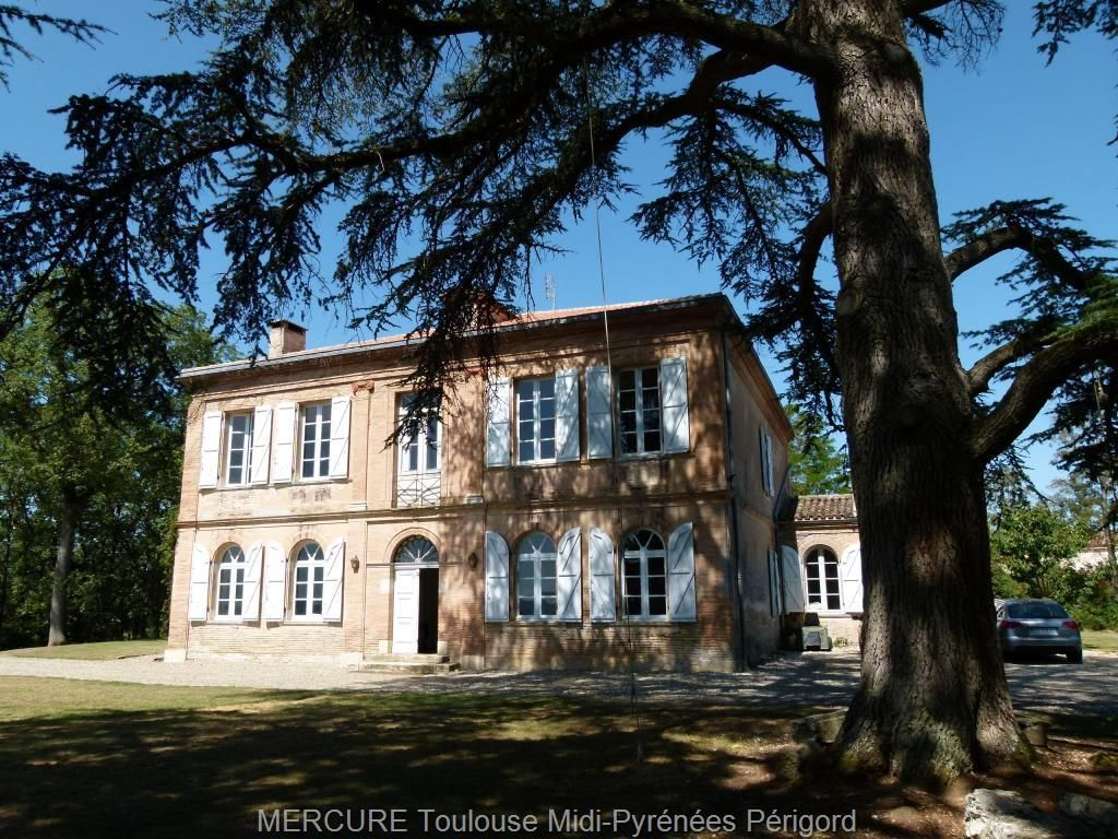 #France - For sale mansion TARN-ET-GARONNE - 11723vm  FOR SALE - MANOR #HOUSE IN TARN-ET-GARONE - 1 HOUR FROM #TOULOUSE  VERY ATTRACTIVE 19th century MANOR HOUSE offering 470m² of living space with 11 main rooms including 6 bedrooms and 5 bathrooms/shower rooms. This #house has been fully restored with authenticity and taste, important volumes. ThIs house comprises 2 wings and outbuildings. Lovely park of 1,9 ha, in a commanding position with swimming pool and stunning view. 5 minutes from…