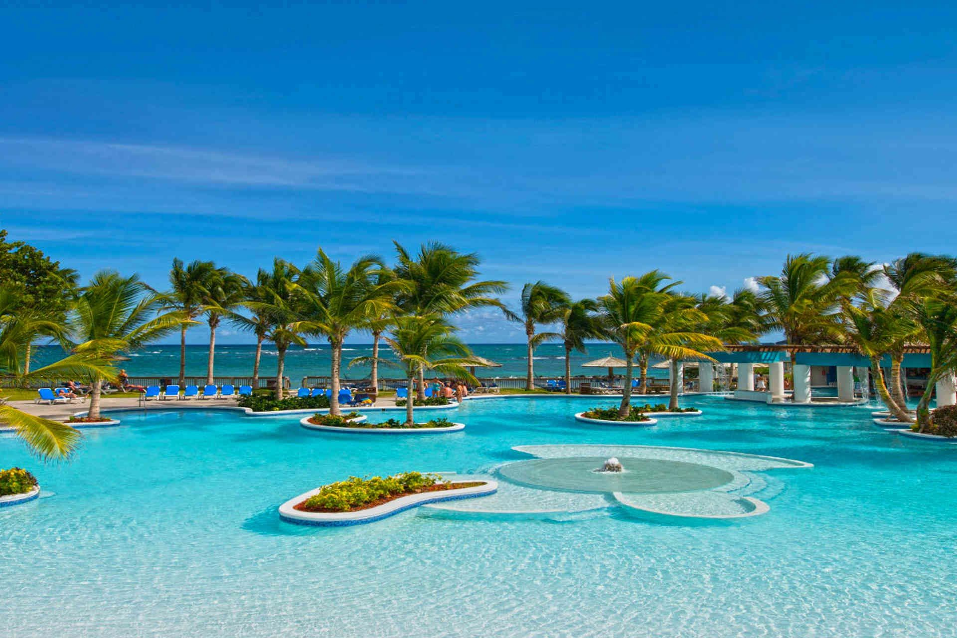 Beachfront Villa Rental St Maarten Spend Your St Maarten Vacation In Beachfront Vacation Homes Carribean Vacation Family Resorts All Inclusive Family Resorts