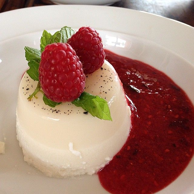 #panacotta met #Soya- and #coconut-milk:  Warm up the 2 milks until nearly boiled ( keep on stirring), and add #agar agar . Remove from heat and add 50g #agave syrup . Poor into 4 ramequins and place in fridge for at least 6 hrs.  For the #coulis ; blend #raspberries ( 1 pack) and 10 #strawberries. Add 3 tsp of #honey .Turn the panacottas onto a plate , decorate with a few #raspberries and #mint leaves & the #coulis.