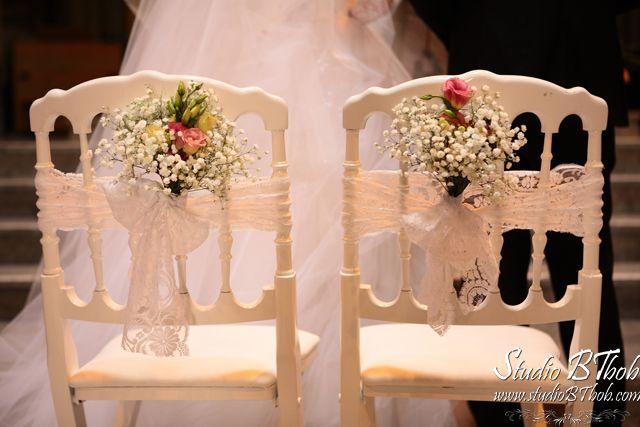 chaise napoléon bouquets bancs et dentelle déco mariage église d