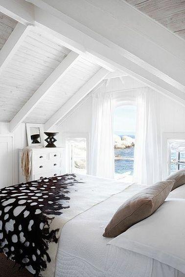 Une Chambre Avec Poutres Dans Une Maison De Vacances   Une Chambre Mansardée  Est Souvent Basse