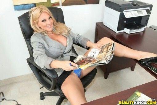 Schwarze sexy MILF im Büro